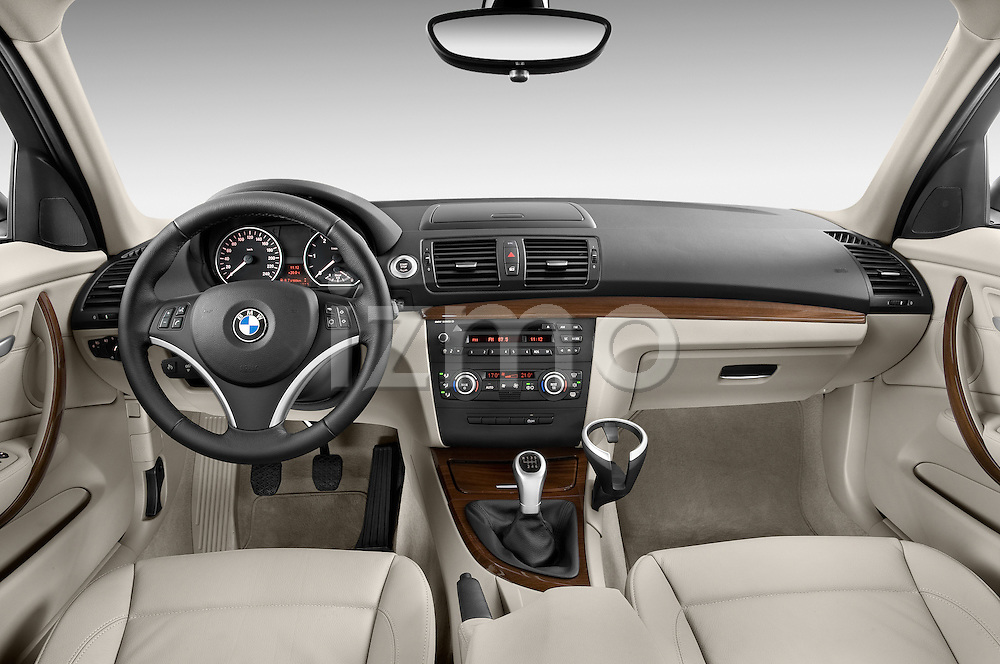 Straight dashboard view of a 2004 - 2011 BMW 1-Series 118i 5 Door Hatchback 2WD.