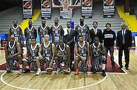BOGOTA - COLOMBIA - 07-05-2013: El equipo de Piratas de Bogotá posa para una foto durante  partido mayo 7 de 2013. Piratas y Aguilas de Tunja disputaron partido de la fecha 12 de la fase II de la Liga Directv Profesional de baloncesto en partido jugado en el Coliseo El Salitre. (Foto: VizzorImage / Luis Ramirez / Staff). The players of Piratas of Bogota pose for a photo during the match on May 7, 2013.  Piratas and Aguilas de Tunja disputed a match for the 12 date of the Fase II of the League of Professional Directv basketball game at the Coliseo El Salitre. (Photo: VizzorImage / Luis Ramirez / Staff)