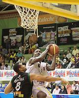 BUCARAMANGA - COLOMBIA - 14 - 05 - 2013: Nohamed (Der.) de Bucaros de Bucaramanga, disputa el balón con Garcia (Izq.) de Aguilas de Tunja, mayo 14 de 2013. Bucaros de Bucaramanga y Aguilas de Tunja en partido de la fecha 16 de la fase II de la Liga Directv Profesional de baloncesto en partido jugado en el Coliseo Vicente Romero Diaz. (Foto: VizzorImage / Jaime Moreno / Str). Nohamed (R) of Bucaros from Bucaramanga, fights for the ball with Garcia (L) of de Aguilas from Tunja, Mayo 14, 2013. Bucaros from Bucaramanga and de Aguilas from Tunja in the match 16 of the phase II of the Directv Professional League basketball, game at the Coliseum Vicente Romero Diaz. (Photo: VizzorImage / Jaime Moreno / Str)..