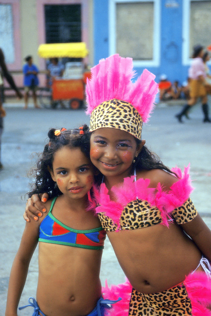 Bresil, carnaval de Recife. Jeune indienne d'Amazonie dans son costume traditionnel  *** Brazil, Recife carnival. Young amazon indian girl in traditional dress
