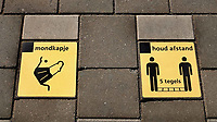 Nederland  Alkmaar- September 2020 .  Station. Coronavirus. Tegels met pictogrammen  Foto : ANP/ Hollandse Hoogte / Berlinda van Dam