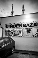 Germany. Hamburg State. Hamburg is the second-largest city in Germany. Muslim mosque and two minarets. A car is parked on a rainy day in front of the Lindenbazar which sells food (raw meat, sausage, fish, olives and spices from the Middle East). 4.02.2020  © 2020 Didier Ruef