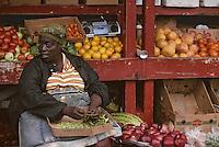 Iles Bahamas / New Providence et Paradise Island / Nassau: détail d'un étal de fruits et légumes et marchande au Marché de Potter's Cay sous le pont de Paradise Island
