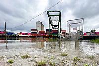 Überspuelter Zugang am Container- und Yachthafen in Gernsheim am Rhein - Suedhessen 15.07.2021: Hochwasser am Rhein des sueshessischen Ried