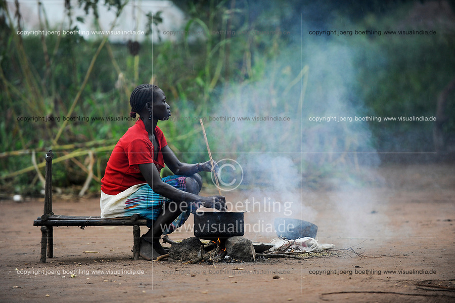 SOUTH SUDAN, Lakes State, village Mapuordit, Dinka woman cooks food on fire place / SUED-SUDAN, Bahr el Ghazal regio , Lakes State, Dorf Mapuordit, Dinka Frau kocht Essen an Feuerstelle