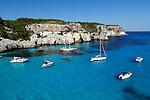 Spain, Menorca, near Cala Galdana: Yachts anchored in cove, Cala Macarella | Spanien, Menorca, bei Cala Galdana: beliebtes Ausflugsziel per Boot, die Bucht Cala Macarella