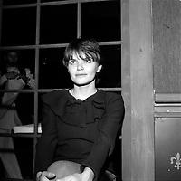 Diane Tell au debut des annes 1980<br /> (date inconnue)<br /> <br /> PHOTO : Agence Quebec Presse - Roland Lachance<br /> <br /> <br /> Son premier album éponyme ne connaît qu'un succès local, le second, Entre nous, sera reconnu au Gala de l'ADISQ1. Révélée en France en 1981 avec la chanson Si j'étais un homme qui connaît un certain succès. En 1981, Diane Tell est le phénomène de l'année au Québec. En 1982, elle est la première artiste féminine à connaître un véritable succès populaire en tant qu'auteur compositrice et interprète. Elle s'installe en 1983 en France