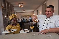 Europe/France/Aquitaine/40/Landes/Mont-de-Marsan:  Restaurant: Les Clés d'Argent, Christophe Dupouy avec sa rieuse épouse Eugénie, native du Bénin, qui sert en boubou traditionnel [Non destiné à un usage publicitaire - Not intended for an advertising use]