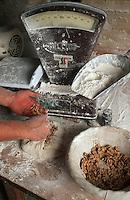 Europe/France/Midi-Pyrénées/46/Lot/Montvalent: Florent Ricou boulanger au four communal du Vayssou prépare son pain de campagne aux noix