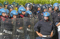 - police and carabinieri in Public Order service....- Polizia e Carabinieri in servizio di Ordine Pubblico