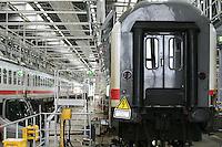 Besuch im ICE-Werk Leipzig..Im Bild: Im Inneren der Werkhalle werden zwei IC-Z¸ge gewartet. Foto: Jan Kaefer / aif