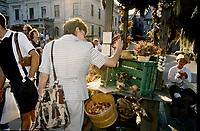 Ambiance de marche de la Nouvelle-France, Aout 1999 dans le Vieux-Montreal<br /> <br /> PHOTO :  Agence Quebec Presse