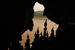 Grotte de  Pak Ou a 25 km de Luang Prabang par bateau le long du Mekong a l'embouchure  de la Nam Ou. Des centaines de bouddhas de taille et de style très variés surplombent les eaux du Mekong.   Laos