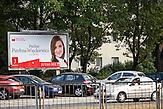 """Paulina Piechna-Wieckiewicz wirbt für die sozialdemokratische Partei """"Bund der Demokratischen Linken"""" (SLD) im polnischen Wahlkampf. / Paulina Piechna-Wieckiewicz tries to attract new voters for the socialdemocratic party """"Democratic Left Alliance"""" (SLD) in the Polish election campaign."""