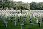 Foto: VidiPhoto<br /> <br /> YSSELSTEYN - De Duitse Oorlogsbegraafplaats  in Ysselsteyn (Noord-Limburg) is met meer dan 31.714 doden de grootste oorlogsbegraafplaats in Nederland en qua oppervlakte (28 ha.) de grootste Duitse militaire begraafplaats ter wereld. Er liggen tevens 87 soldaten die tijdens de Eerste Wereldoorlog zijn gesneuveld. Verder liggen er 550 doden uit Nederland, van wie ruim 500 lid waren van de SS, of als collaborateur of verrader vermoord werden door het verzet. Er liggen bijna 5000 militairen waarvan de naam niet achterhaald kon worden.