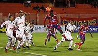 PASTO - COLOMBIA -21-02-2017: Daniel Cataño (Izq.) jugador de Deportivo Pasto disputa el balón con Danilo Arboleda (Der.) jugador de Patriotas F. C., durante partido Deportivo Pasto y Patriotas F. C., por la fecha 5 de la Liga Aguila I 2017, jugado en el estadio Departamental Libertad de la ciudad de Pasto.  / Daniel Cataño (L) player of Deportivo Pasto fights for the ball with Danilo Arboleda (R) player of Patriotas F. C., during a match Deportivo Pasto and Patriotas F. C., for the date 5 of the Liga Aguila I 2017 at the Departamental Libertad stadium in Pasto city. Photo: VizzorImage. / Leonardo Castro / Cont.