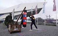 Nederland  Amsterdam 20 december 2020.   Vanwege het coronavirus sporten veel mensen buiten. Boogieland Boxingbags. Bokszak bij het IJ. Mensen mogen deze bokszak gratis gebruiken.  Foto mag niet in negatieve / schadelijke context gepubliceerd worden.    Foto : ANP/ HH / Berlinda van Dam
