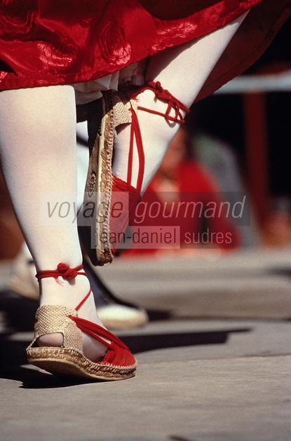 Europe/France/Languedoc-Roussillon/66/Pyrénées-Orientales/Perpignan: Danse catalane devant le Castillet le jour de la Saint Sanch - Détail des pieds de la danseuse en espadrilles catalanes