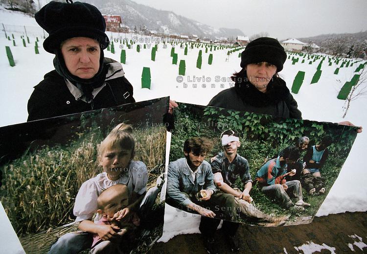"""Potocari / Srebrenica / Republika Srpska 2000.<br /> Rappresentanti delle """"Madri di Srebrenica"""" tra le tombe del grande cimitero che raccoglie le vittime del massacro perpetrato dalle truppe serbo bosniache nel luglio 1995.<br /> Sulla sinistra nella foto Hajra Catic e Nura Begovic.<br /> Members of the association """"Mothers of Srebrenica"""" among the graves of the great cemetery that collects the victims of the massacre perpetrated by Bosnian Serb troops in July 1995.<br /> On the left in the photo Hajra Catic and right Nura Begovic.<br /> Photo Livio Senigalliesi"""