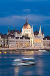 HUN, Ungarn, Budapest, Blick ueber Donau zum Parlament am Abend, Ausflugsschiff, UNESCO Weltkulturerbe | HUN, Hungary, Budapest, view across Danube towards Parliament, UNESCO World Heritage, evening