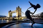 Grossbritannien, England, London: Tower Bridge, angestrahlt, letztes Tageslicht | Great Britain, England, London: Tower Bridge at dusk, illuminated