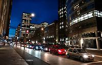 Nederland  Amsterdam - 18 december 2020.   Zuidas. Verkeer op de Gustav Mahlerlaan. Rechts ABN AMRO.  Foto : ANP/ HH / Berlinda van Dam