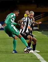 BOGOTÁ-COLOMBIA, 27-08-2019: David Camacho de La Equidad (COL) y Vinicius de Atlético Mineiro (BRA), disputan el balón, durante partido de vuelta de los cuartos de final entre La Equidad (COL) y Club Atlético Mineiro (BRA), por la Copa Conmebol Sudamericana 2019 en el estadio Nemesio Camacho El Campin, de la ciudad de Bogotá. / David Camacho of La Equidad (COL) and Vinicius of Atletico Mineiro (BRA), figths for the ball, during a match between La Equidad (COL) and Club Atletico Mineiro (BRA), of the second leg of the quarter finals for the Conmebol Sudamericana Cup 2019 in the Nemesio Camacho El Campin stadium in Bogota city. Photo: VizzorImage / Luis Ramírez / Staff.
