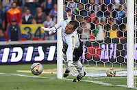 BOGOTÁ -COLOMBIA-13-02-2016. Nelson Ramos guardameta de Deportivo Pasto   no puede detener el penalty   contra Millonarios durante partido por la fecha 3 de Liga Águila I 2016 jugado en el estadio Nemesio Camacho El Campin de Bogotá./ Nelson Ramos goalkeeper of Pasto can not stop penaty with  of Millonarios   during the match for the date 3 of the Aguila League I 2016 played at Nemesio Camacho El Campin stadium in Bogota. Photo: VizzorImage / Felipe Caicedo / Staff