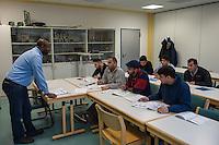 Sprachunterricht fuer Fluechtlinge bei der Handwerkskammer in Cottbus.<br /> In Zusammenarbeit mit dem regionalen Jobcenter, Fluechtlingshilfen und zustaendigen Behoerden versucht die Handwerkskammer Fluechtlingen eine Perspektive fuer Fluechtlinge zu schaffen. Zwischen bis zu 20 Fluechtlinge aus Eritrea, Afgahnistan, Syrien und Pakistan lernen hier Deutsch und bekommen die Moeglichkeit sich ueber die ausserbetrieblichen Ausbildungsmoeglichkeiten zu informieren oder bei Firmenbesuchen einen Ausbildungsplatz suchen.<br /> Entstanden ist diese Initiative der Handwerkskammer Cottbus aufgrund der geringen Zahl an Auszubildenden. Zu viele junge Menschen verlassen die Region. Dies bereitet den Handwerksbetrieben grosse Probleme.<br /> Im Bild: Der Sprachmittler Islam Ahmed beim Unterricht.<br /> 11.11.2015, Cottbus<br /> Copyright: Christian-Ditsch.de<br /> [Inhaltsveraendernde Manipulation des Fotos nur nach ausdruecklicher Genehmigung des Fotografen. Vereinbarungen ueber Abtretung von Persoenlichkeitsrechten/Model Release der abgebildeten Person/Personen liegen nicht vor. NO MODEL RELEASE! Nur fuer Redaktionelle Zwecke. Don't publish without copyright Christian-Ditsch.de, Veroeffentlichung nur mit Fotografennennung, sowie gegen Honorar, MwSt. und Beleg. Konto: I N G - D i B a, IBAN DE58500105175400192269, BIC INGDDEFFPakistan, Kontakt: post@christian-ditsch.de<br /> Bei der Bearbeitung der Dateiinformationen darf die Urheberkennzeichnung in den EXIF- und  IPTC-Daten nicht entfernt werden, diese sind in digitalen Medien nach §95c UrhG rechtlich geschuetzt. Der Urhebervermerk wird gemaess §13 UrhG verlangt.]