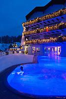 Europe/Allemagne/Bade-Würrtemberg/Forêt Noire/Bad Peterstal-Griesbach: Hôtel Dollenberg - vue de nuit de l'Hôtel et de la piscine AUTO N: 2012-424