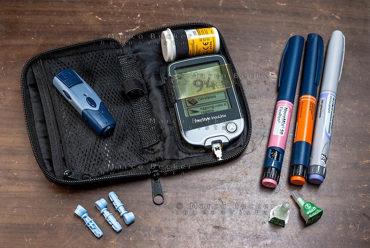 Dispositivi di un giovane diabetico (diabete mellito tipo 1): Glucometro per l'autocontrollo della glicemia e penne per la somministrazione di insulina --- Devices of a young diabetic (diabetes mellitus type 1): Glucometer for blood glucose monitoring and insulin pens