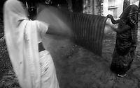 11.2010 Pushkar (Rajasthan)<br /> <br /> Women dring their saris after holy bath in pushkar lake.<br /> <br /> Femmes en train de faire sécher leurs saris apres le bain sacré dans le lac de Pushkar.