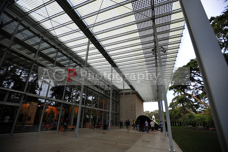 Dec. 30, 2009 - San Francisco, California, USA -A large array of solar panels help power the building at the California California Academy of Sciences Natural History Museum in San Francisco Wednesday December 30, 2009.  (Photo by Alan Greth)