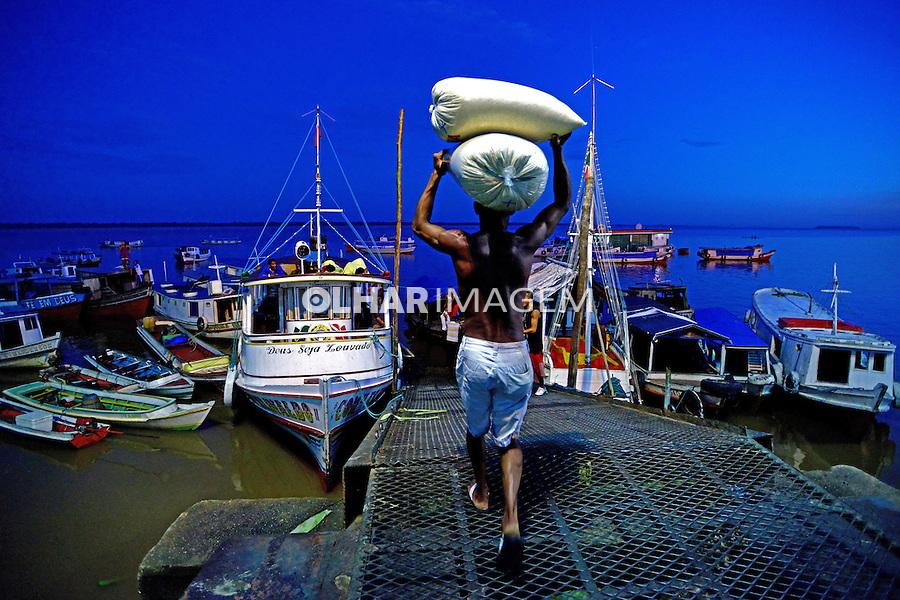 Transporte de carga em barcos no cais de Belem. Para. 2015. Foto de Joao Machado.