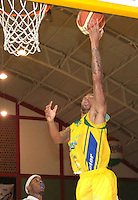 BUCARAMANGA -COLOMBIA, 06-04-2013. Dorsey Darrin Ray trata de anotar durante partido de la vigésimacuarta fecha de la Liga DirecTV de baloncesto profesional colombiano disputado en la ciudad de Bucaramanga./ Dorsey Darrin Raytries to scores during game of the 24th date of the DirecTV League of professional Basketball of Colombia at Bucaramanga city. Photo:VizzorImage / Jaime Moreno / STR