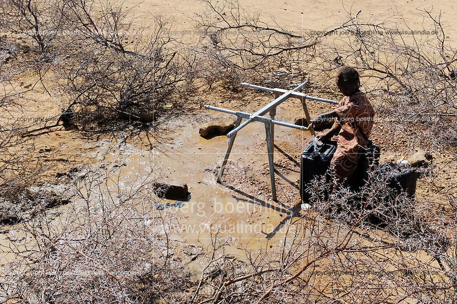 BURKINA FASO Dori , malische Fluechtlinge, vorwiegend Tuaregs, im Fluechtlingslager Goudebo des UN Hilfswerks UNHCR, sie sind vor dem Krieg und islamistischem Terror aus ihrer Heimat in Nordmali geflohen, Wasserversorgung / BURKINA FASO Dori, malian refugees, mostly Touaregs, in refugee camp Goudebo of UNHCR, they fled due to war and islamist terror in Northern Mali, girl fetch water from water pipe in thorn shrub - WEITERE MOTIVE ZU DIESEM THEMA SIND VORHANDEN!! MORE PICTURES ON THIS SUBJECT AVAILABLE!!