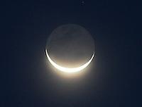 BOGOTA -COLOMBIA, 5-07-2013. Luna en la madrugada ./  Moon at sunrise<br /> .<br /> . Photo: VizzorImage/ Felipe Caicedo/ STAFF