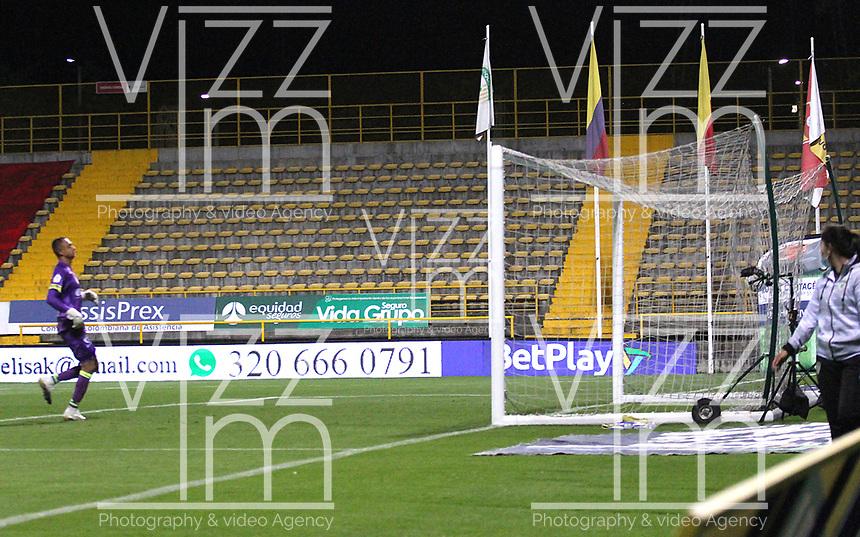 BOGOTÁ- COLOMBIA, 20-09-2021:Danny Cano (Fuera de la foto) del Deportivo Pereira convierte el  gol de su equipo durante partido por la fecha 10 entre La Equidad y Deportivo Pereira como parte de la Liga BetPlay DIMAYOR II 2021 jugado en el estadio Metropolitano de Techo de la ciudad de Bogotá. /Danny Cano (Out Photo) of Deportivo Pereira scores the goal of his team during Match for the date 10 between La Equidad and Deportivo Pereira as part of the BetPlay DIMAYOR League II 2021 played at stadium in Metropolitano de Techo in Bogota city. Photo: VizzorImage / Felipe Caicedo / Staff