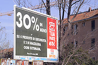 - economic crisis, advertising for the sale of discounted goods<br /> <br /> - crisi economica, pubblicità per la vendita di merci scontate