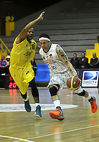 BOGOTA - COLOMBIA: 21-10-2013: Rasid Dion (Der.) jugador de Piratas de Bogotá, disputa el balón con Maurice Carter (Izq.) de  Bucaros de Bucaramanga octubre 21 de 2013. Piratas de Bogotá  y Bucaros de Bucaramanga disputaron partido de la fecha 29 de la fase I de la Liga Directv Profesional de Baloncesto 2 en partido jugado en el Coliseo El Salitre. (Foto: VizzorImage / Luis Ramirez / Staff). Rasid Dion (R) of Piratas from Bogota disputes the ball with Maurice Carter (L) from Bucaros de Bucaramanga, October 21, 2013. Piratas of Bogotá and Bucaros de Bucaramanga disputed a match for the 29 date of the Fase II of the League of Professional Directv Basketball 2 game at the Coliseo El Salitre. (Photo. VizzorImage / Luis Ramirez / Staff)