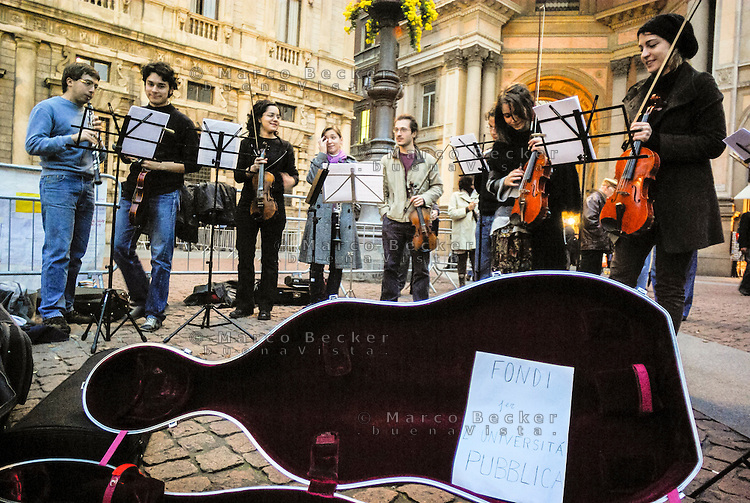 Milano. come forma di protesta contro la riforma dell'istruzione,  studenti del conservatorio tengono un provocatorio concerto davanti a Palazzo Marino, sede del comune, per raccogliere fondi per l'università pubblica --- Milan. As a form of protest against the school reform, students of the academy of music play a provocative concert in front of the headquarter of the municipality, in order to raise funds for public university