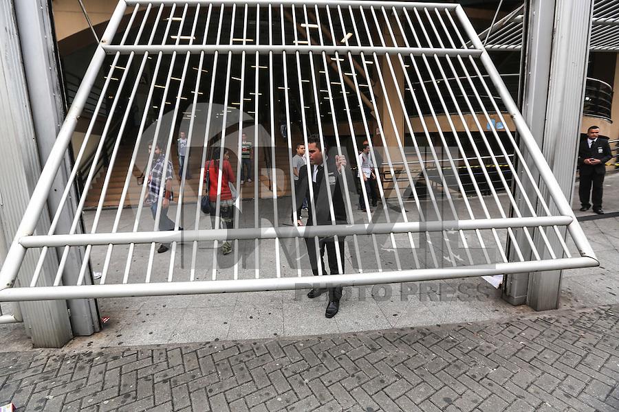 SAO PAULO, SP, 24.11.2013 - FUVEST - PRIMEIRA FASE - Candidatos chegam para primeira fase da Fuvest na Uninove unidade Barra Funda regiao oeste de Sao Paulo, neste domingo, 24. (Foto: William Volcov / Brazil Photo Press).
