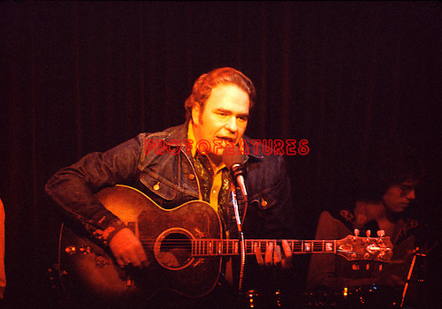 Hoyt Axton 1974 at The Troubadour.© Chris Walter.