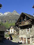 CHE, Schweiz, Tessin, Bergdorf Sonogno am Ende des Val Verzasca | CHE, Switzerland, Ticino, mountain village Sonogno at the end of Val Verzasca