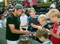 17-6-09, Rosmalen, Tennis, Ordina Open 2009, Raemon Sluiter deeld handtekeningen uit na zijn training