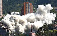 MEDELLIN-COLOMBIA-23-SEPTIEMBRE-2014. Implosion de las ultimas torres del edifico Space donde 12 personas murieron el 12 de octubre del 2013. / Implosion of building towers last Space where 12 people were killed on October 12, 2013..  Photo: VizzorImage / Andrew Indell  / Stringer