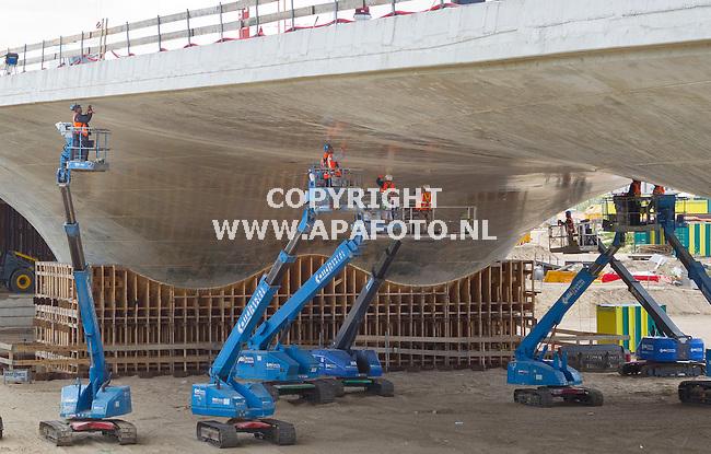Nijmegen, 080615<br /> De bekisting voor de verlengde Waalbrug is eraf. De pijlers komen tevoorschijn en de vorm van de brug is nu goed zichtbaar. In het derde kwartaal van dit jaar staat de oplevering gepland. <br /> Foto: Sjef Prins -APA Foto