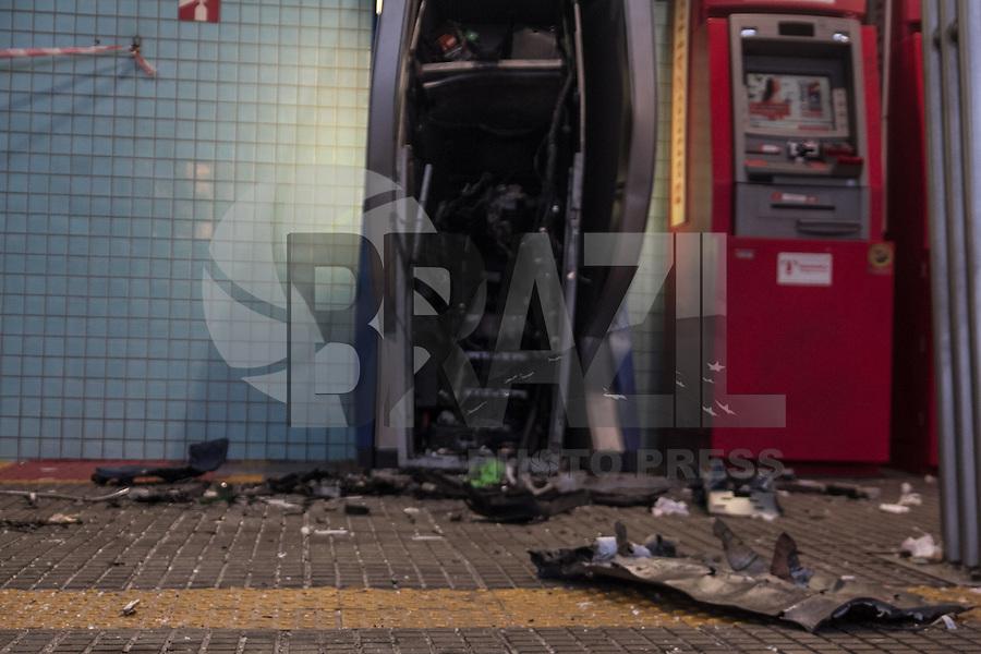SÃO PAULO - 21.08.2015 - VIOLENCIA-SP- Bandidos explodem caixa eletronico dentro do terminal Jardim Angela na manhã desta sexta-feira (21) na zona sul de São Paulo. Um dos veículos de fuga foi abandonado no local, mas ninguém foi preso até o momento.(Foto: Fabricio Bomjardim / Brazil Photo Press)