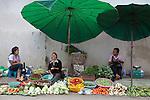 Thailand, Northern Thailand, Chiang Rai: Street market vegetable sellers | Thailand, Nordthailand, Chiang Rai: Gemueseverkaeuferinnen am Strassenrand