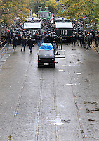 """Nazi Aufmarsch / Demo in Leipzig Ost - Leipziger verhindert den Zug durch die Stadt mit Blockade am S-Bahnhof Sellerhausen - unter dem Motto """"Leipzig nimmt Platz"""" nahmen Hunderte Leipziger an der bunten Gegenveranstaltung teil - sie schafften es den Start des Aufmarsches solange zu verhindern bis die Polizei die Kundgebung für beendet erklärte - in diesem Moment (ca. 16:40) eskalierte die Situation auf Seiten der Sympathiesanten der rechten Szene - Steine und Flaschen flogen - die Polizei bekam die Situation rasch wieder unter Kontrolle - im Bild:  Die Einsatzkräfte der Polizei sichern die Situation und kesseln die angreifenden Rechten ein - die Masse wird stark komprimiert. Foto: Norman Rembarz..Norman Rembarz , ASV-Autorennummer 41043728 , Holbeinstr. 14, 04229 Leipzig, Tel.: 01794887569, Hypovereinsbank: BLZ: 86020086, KN: 357889472, St.Nr.: 231/261/06432 - Jegliche kommerzielle Nutzung ist honorar- und mehrwertsteuerpflichtig! Persönlichkeitsrechte sind zu wahren. Es wird keine Haftung übernommen bei Verletzung von Rechten Dritter. Autoren-Nennung gem. §13 UrhGes. wird verlangt. Weitergabe an Dritte nur nach  vorheriger Absprache.."""
